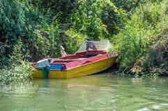 Einsames Boot durch das Ufer Lizenzfreie Stockbilder