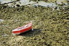 Einsames Boot gestrandet Stockbild