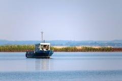 Einsames Boot im alten verlassenen airharbor Lizenzfreie Stockfotografie