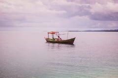 Einsames Boot im blauen Meer stockfotografie