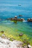 Einsames Boot im Schwarzen Meer Stockbilder