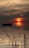 Einsames Boot im See. Lizenzfreies Stockfoto