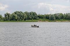 Einsames Boot mitten in dem Fluss Stockfotografie