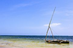 Einsames Boot nahe bei Mnemba-Atoll in Sansibar Tansania stockfotografie