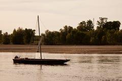Einsames Boot am Sonnenuntergang lizenzfreie stockfotos