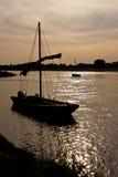 Einsames Boot am Sonnenuntergang lizenzfreie stockfotografie