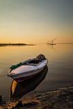 Einsames Boot am Sonnenuntergang Stockbilder