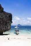 Einsames Boot am Strand lizenzfreie stockbilder