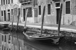 Einsames Boot Venedig Italien Lizenzfreies Stockbild