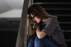 Einsames deprimiertes Frauensitzen Stockfotos