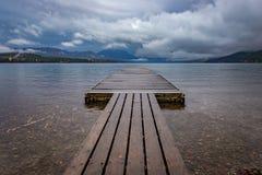 Einsames Dock am See McDonald, Glacier Nationalpark Stockfotografie