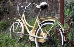 Einsames Fahrrad lizenzfreie stockbilder