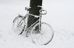 Einsames Fahrrad abgedeckt durch Schnee. Lizenzfreies Stockbild