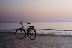 Einsames Fahrrad auf der Nachtküste Stockfotografie