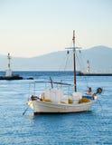 Einsames Fischerboot am Anker im Meer Stockfoto