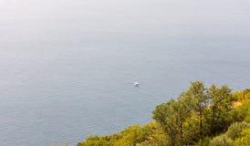 Einsames gehendes Boot im adriatischen Meer nahe der Küste von Montenegro Stockbild