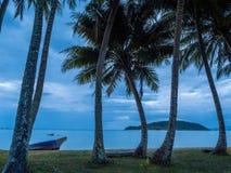 Einsames hölzernes Boot auf dem Strand nach Regen Stockfotografie