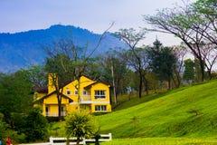 Einsames Haus auf dem Berg Stockbild