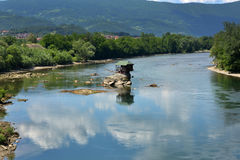 Einsames Haus auf dem Fluss Drina Stockbild