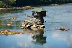 Einsames Haus auf dem Fluss Drina Stockfotos