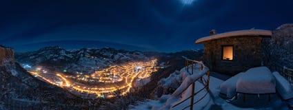 Einsames Haus auf dem Gebiet Nächtlicher Himmel voll von Sternen oben bulgarien Stockfotos