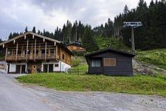 Einsames Haus auf einem Montageskifahrenerholungsort lizenzfreie stockfotografie