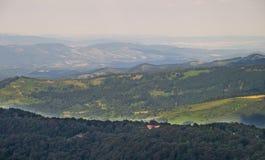 Einsames Haus in den Bergen von Bulgarien Lizenzfreie Stockfotografie