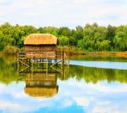 Einsames Haus durch den See Stockfotos
