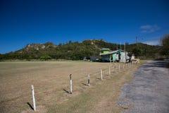 Einsames Haus am Fuß des Berges Lizenzfreie Stockbilder