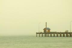 Einsames Haus im Meer Stockfotos