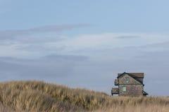 Einsames Haus nahe Strand lizenzfreies stockfoto