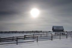 Einsames Haus und Zaun in den Bergen Lizenzfreies Stockfoto