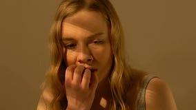 Einsames jugendlich Mädchen, das von der Furcht, von der Gewalt in der Familie, vom inländischen Verbrechen oder vom Angriff erzi stock video footage