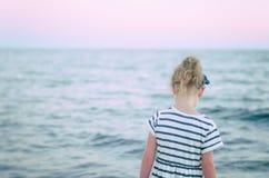 Einsames kleines Mädchen. Lizenzfreies Stockbild