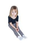 Einsames kleines Mädchen, das auf dem Boden lokalisiert sitzt Lizenzfreie Stockfotos