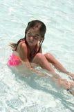 Einsames kleines Mädchen im Pool. Stockbilder