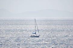 Einsames kleines Segelboot in hoher See Stockbild