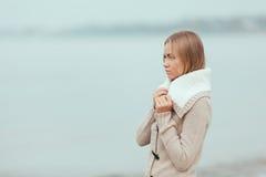 Einsames Mädchen auf dem Strand stockbild