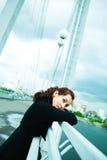 Einsames Mädchen auf der Brücke lizenzfreie stockfotos