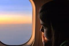 Einsames Mädchen auf einem Flugzeug Lizenzfreie Stockbilder