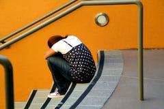 Einsames Mädchen auf Treppen Lizenzfreies Stockfoto
