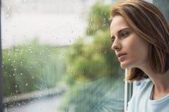 Einsames Mädchen, das Regen betrachtet Lizenzfreies Stockbild