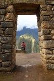Einsames Mädchen in einem Steinbogen Stockfotografie
