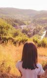 Einsames Mädchen genießen Natur Lizenzfreie Stockbilder