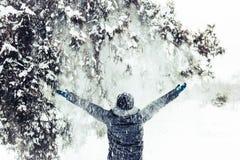 Einsames Mädchen steht im schneebedeckten Stadtpark des Winters Lizenzfreie Stockfotografie