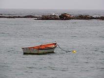 Einsames Reihen-Boot auf dem Meer Lizenzfreie Stockfotografie