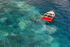 Einsames rotes Boot Stockfoto