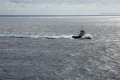Einsames Schiff im weiten Ozean Stockfotografie