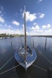 Einsames Segelboot Lizenzfreies Stockfoto
