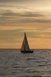 Einsames Segelboot Stockfoto